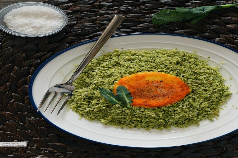 Falso cuscús de brócoli con huevo a la cúrcuma
