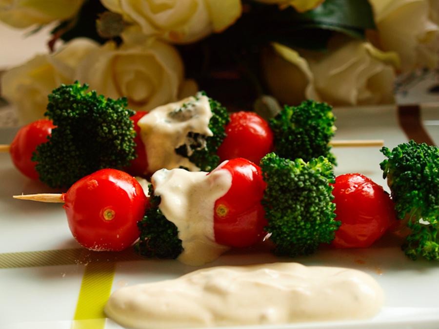 Brochetas de brócoli y tomates