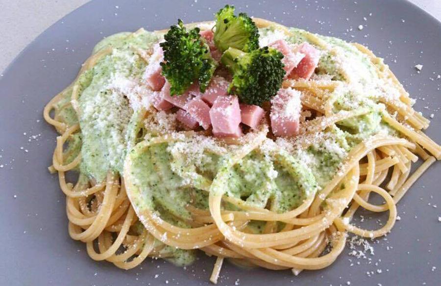 espaguetis con pesto de brócoli