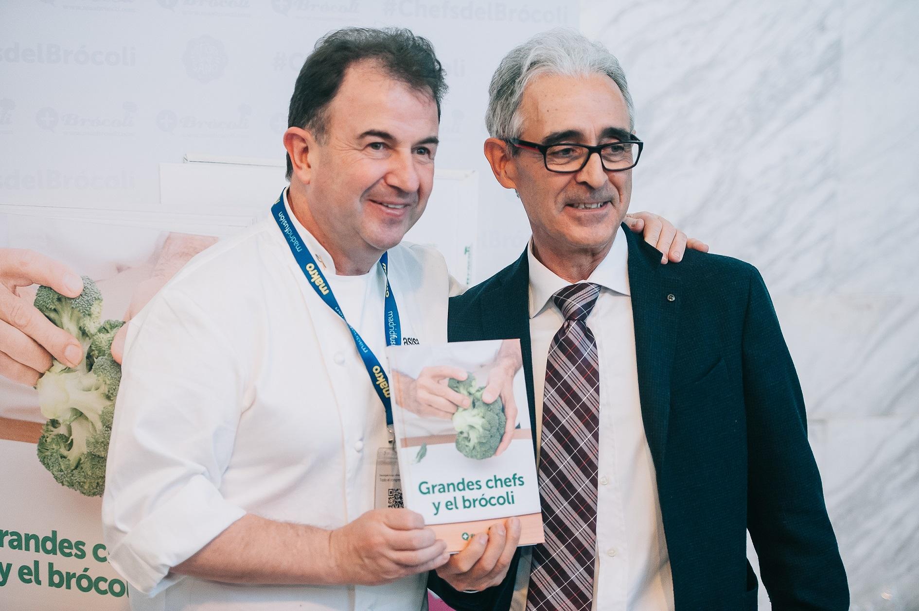 Martín Berasategui y Javier Bernabéu, secretario de +Brócoli, durante la presentación del libro Grandes chefs y el brócoli en Madrid Fusión 2017.