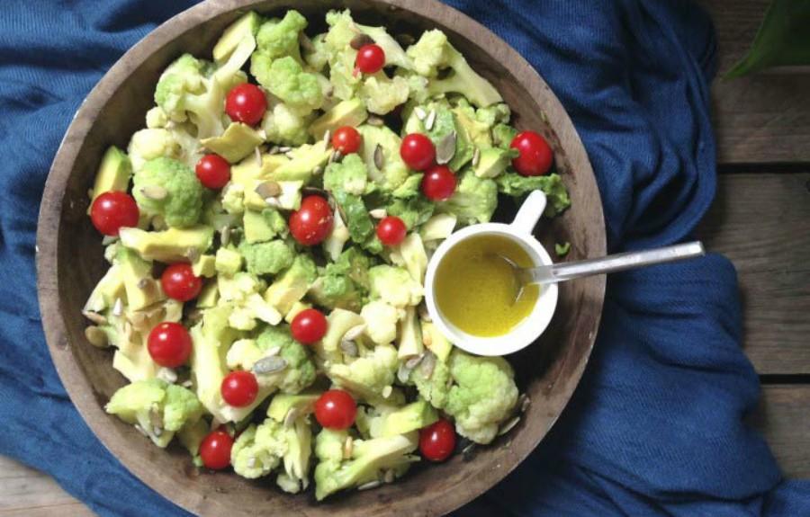 ensalada de brócoli y aguacate