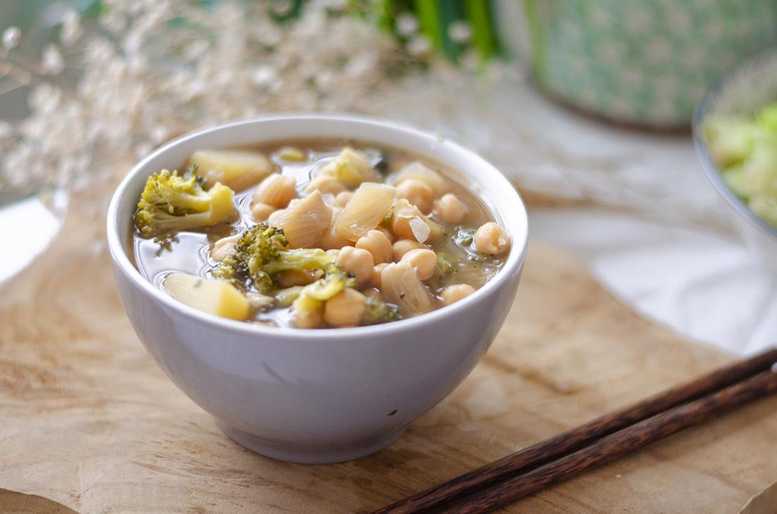 Sopa con brócoli y garbanzos